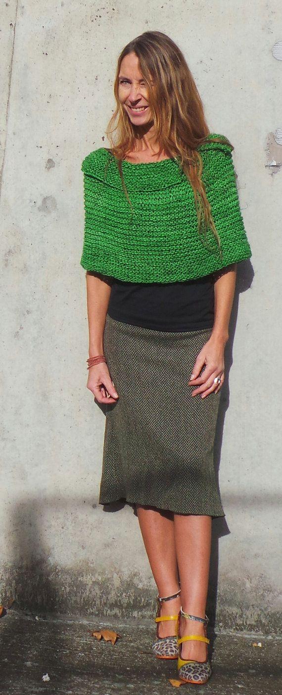 Un diseño clásico de ileaiye, creado en verano de 2006.  Cabo con estilo simple, perfecto para mantener tu mirada aerodinámica, cuando se combina con una falda o pantalones pitillo.  El cabo seguro agregará clase a tu look final, así como calidez y comodidad, también añadirá un toque de sensualidad, cuando es gastado con un fino atado arriba, pero siempre reserva su modestia.  El cabo se hace con el 100% de lana peruana, en un verde zafiro Muchos colores están disponibles en este hilado de…