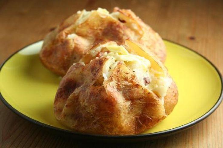 Картофель — практически второй хлеб для каждого из нас. Но, признаться честно, в последнее время надоело готовить банальное картофельное пюре, а жареная картошка уже не вызывает детского восторга. Поэтому сегодня наша редакция делится с любимыми читателями рецептом необычного картофельного гарнира. Это блюдо не простое, ведь с начинкой можно экспериментировать, добавляя любимые ингредиенты! Картофель с сыром, запеченный в духовке ИНГРЕДИЕНТЫ 1 кг картофеля 50 г твердого сыра 30 г сливочного…