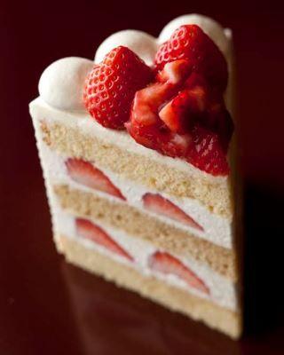 《 赤坂見附 》エクストラスーパーあまおうショートケーキ|パティスリーSATSUKI|ホテルニューオータニ ショートケーキの最上級版「エクストラスーパーあまおう ショートケーキ」。いちごは2Lサイズの「博多あまおう®」を8粒も使用し、ケーキの大きさはスーパーショートケーキの1.5倍。生地にはほのかな甘みが心地よいアーモンドミルクと和三盆を使用。また生地は通常カステラのような黄色ですが、「エクストラスーパーあまおうショートケーキ」の生地は白く、玄米を食べて育った「玄米卵」を使用しており、食感もしっかりとした味わいです。いちごのおいしい季節限定のプレミアムスイーツです。