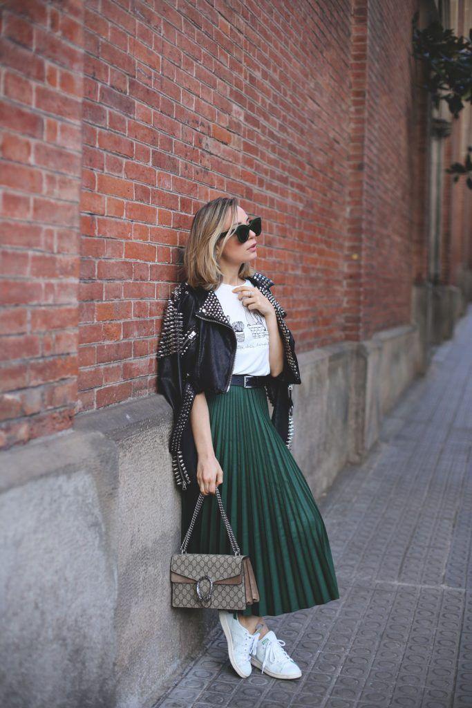 96395f963 Falda verde plisada con corte midi de tendencia   Outfit con Tenis ...