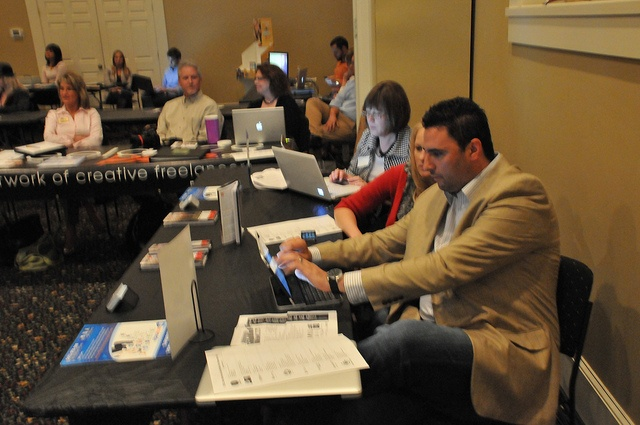 The One Social Media team Tweeting During the Event @ Des Moines Social Media Fair    www.onesocialmedia.com