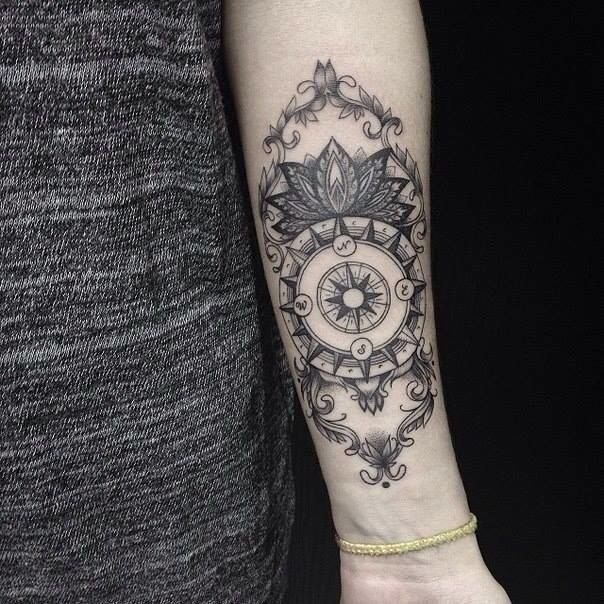 tatouage boussole dotwork femme avant bras