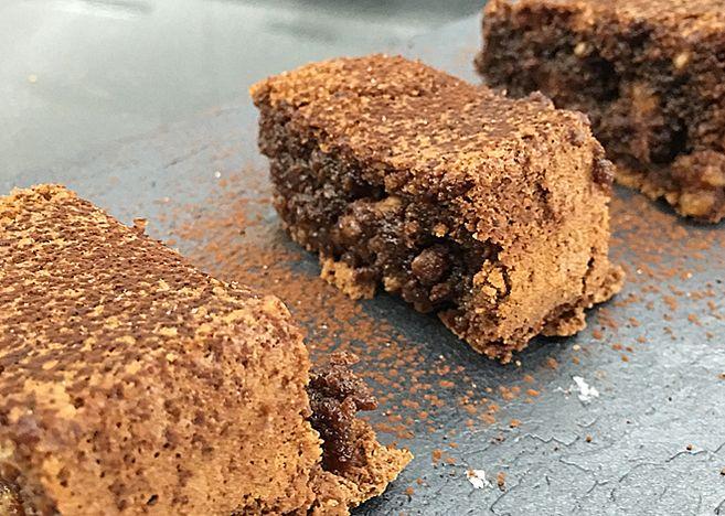 Existen muchas recetas para preparar un brownie, ese apetecible bizcocho de chocolate con nueces que tanto gusta a grandes y pequeños. Cuentan que 'nació' por el error de un cocine