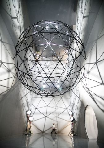Set designer Es Devlin helps Louis Vuitton expand its fandom - News - Frameweb