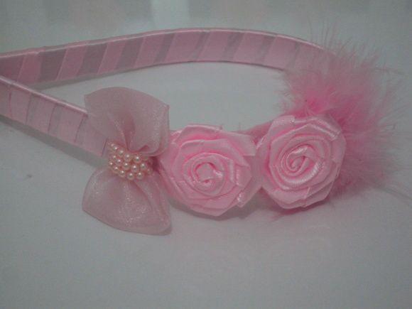Linda Tiara flexível forrada, laço de organza, flores e plumas R$ 17,91