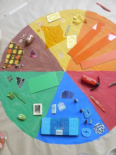 Leuk idee! Giant colour Circle - find stuff to match the colours - by Frau liebe