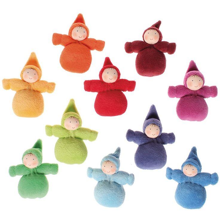 Set de 10 muñecas pequeñas, de los colores del arcoíris. Son ideales como pequeños duendecillos de amuleto de la suerte. Están elaboradas de manera artesanal, con las caras pintadas a mano dando una expresión única a cada muñeca. Están fabricadas en algodón, rellenas de lana de poliéster suave. Se deben de lavar a mano de manera suave, evitando frotar ya que se puede estropear la carita y la ropa.