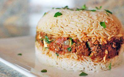 Arroz Tapado es un plato peruano de la diversión que se ve bien y es siempre un éxito con los niños! Ha sazonada carne en el centro y el arroz en la parte superior . Hace grandes sobras!