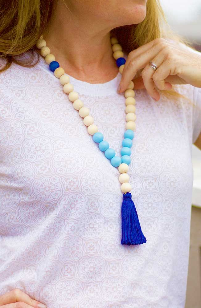 Make your gifts feel more personalized than ever this year by making them yourself! This DIY tassel necklace is a simple craft that would make a great Christmas gift for any fashionista. Click in for the full tutorial.