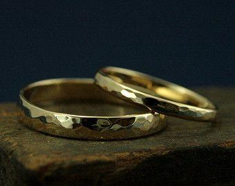 Hammered Gold Wedding Rings 14k Gold Ring Set von TorchfireStudio