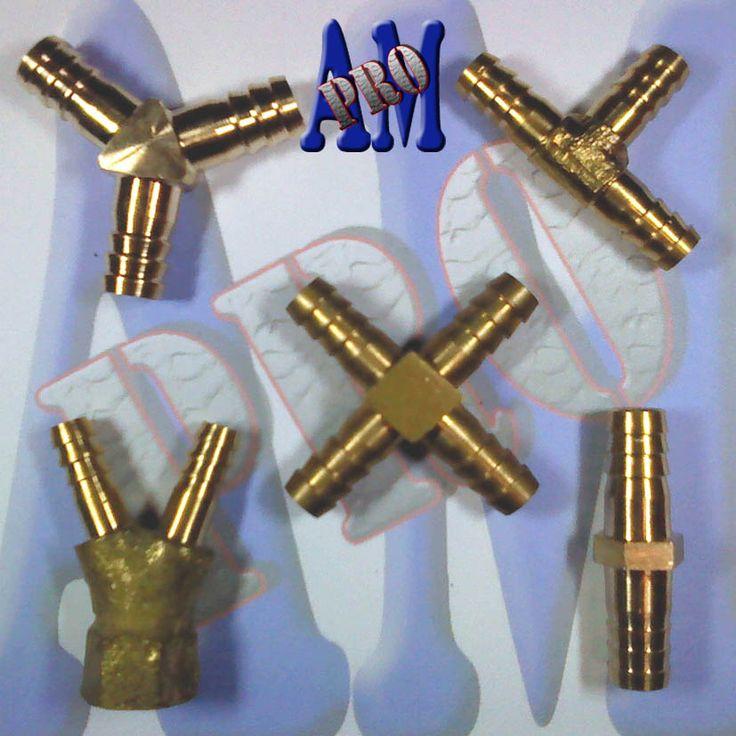 Sambungan selang terbuat dari logam kuningan.