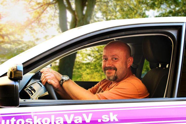 Martin Merkovský - S Martinom sa pri jazdách budeš cítiť ako skutočný prominent - kedysi bol totiž šoférom jedného nemenovaného ministra. Nemusíš sa však báť, rozhodne nepochytil žiadne hviezdne maniere - ako každý smrteľník miluje pizzu,autá a svoju rodinu. Študentom radí, aby v aute zachovali predovšetkým pokoj.