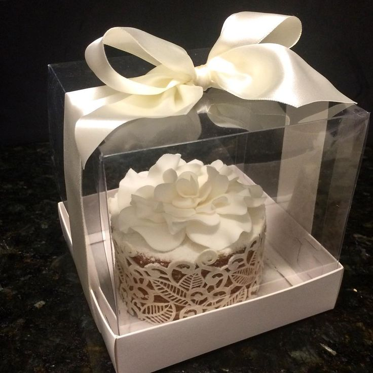 """""""Mini naked de bolo de rolo, decorado com renda comestível e rosa de açúcar…"""