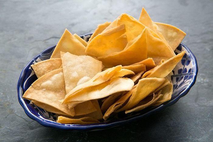 Los nachos, o chips de tortilla de maíz, son una base muy apetecida a la hora de confeccionar snacks. Es muy fácil conseguirlos comercialmente, aunque normalmente son fritos. Por eso