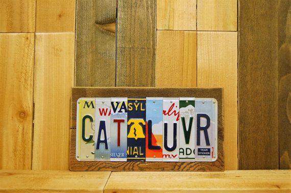 Clever sign and decor made for cat lovers. Made by hand out of license plates. An ideal gift for people who enjoy cats.