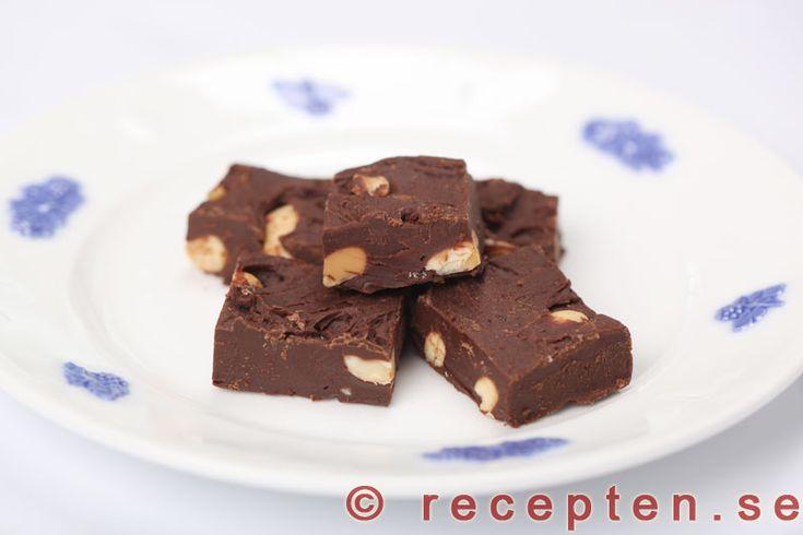 Chokladfudge med salta jordnötter - Recept på chokladfudge med salta jordnötter. Otroligt gott och enkelt godis. Endast 3 ingredienser. Bilder steg för steg.