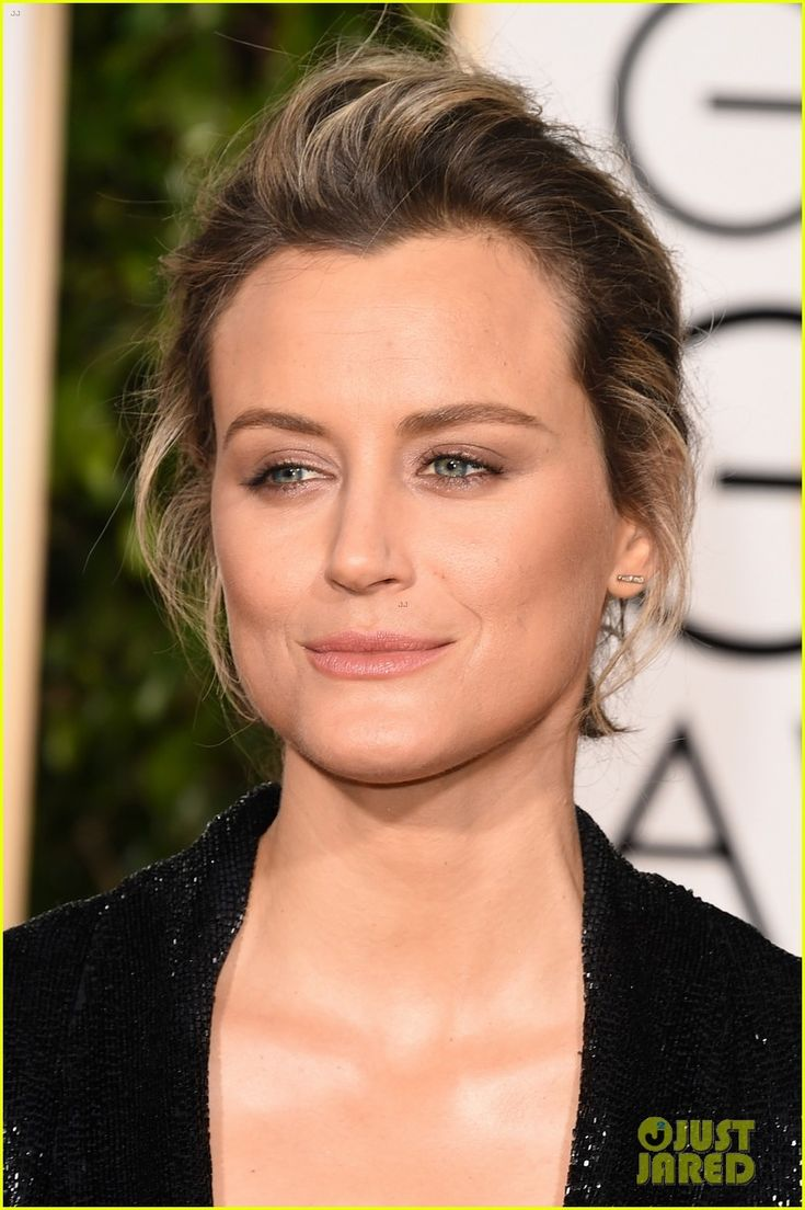 taylor schilling suits up at golden globes 2016 02