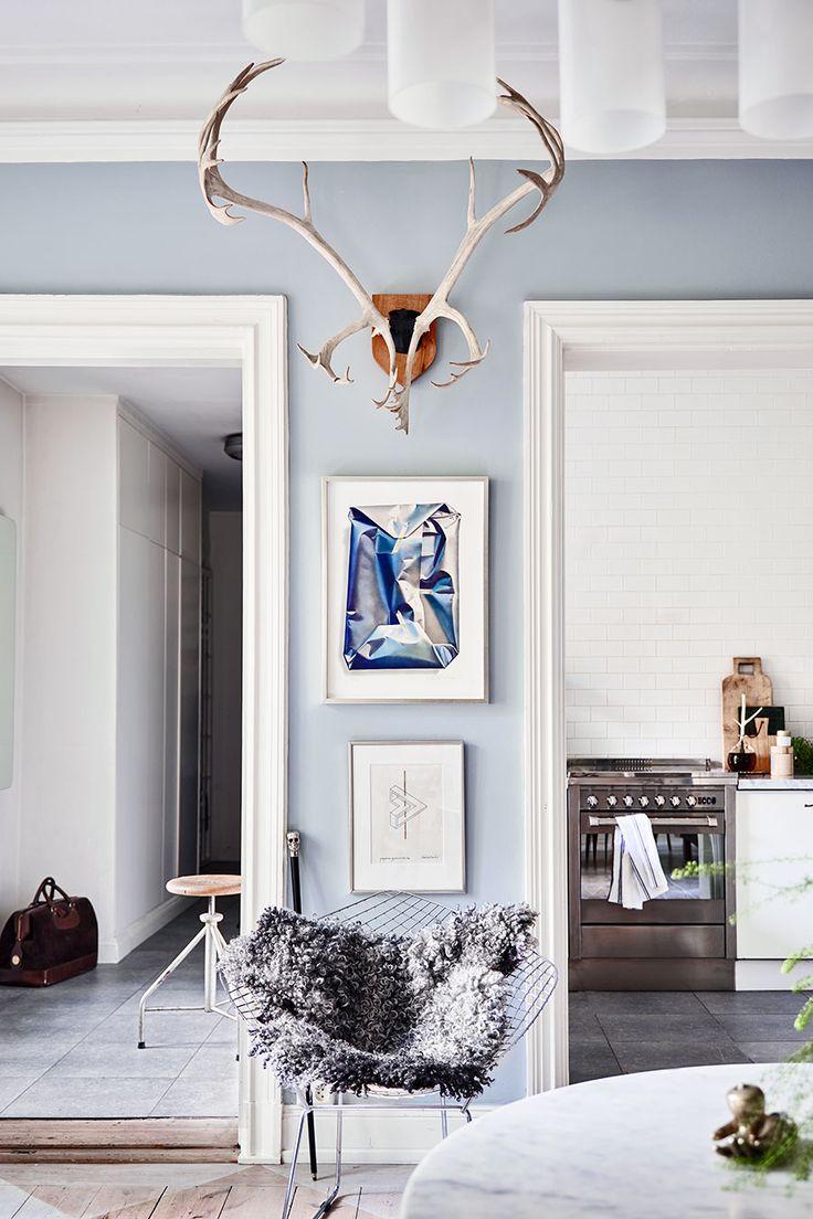 Hemma hos Peter Neumeister skvallrar färgerna på golv och väggar och linjespelet i kök och sovrum om hans bakgrund som grafisk formgivare.