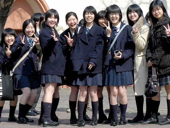 Diese Mädchen aus Japan tragen bei ihrem Besuch in Freiburg ihre Schuluniform.    Foto: Ingo Schneider