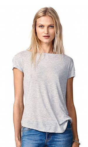 """Fed basis t-shirt fra svenske Hunkydory. Modellen har bred bådudskæring og kort ærme med lynlås på begge skuldre. På venstre ærme er påsyet et fedt """"pilot""""-mærke, der lige giver prikken over i'et og fremhæver den lækre stil. Materialet er 33% bomuld og 67% lyocell."""