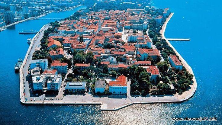 Panorama miasta Zadar http://www.chorwacja24.info/polnocna-dalmacja/zadar #chorwacja #croatia #zadar #adriatyk #dalmacja #dalmatien #croatia To urocze miejsce, nasze ulubione w całej Chorwacji. Dziadkowie zabrali mnie tam gdy tylko dorosłem by otrzymać paszport i tamtych czasów wychodzi tak jakoś że udaje mi się tam spędzać urlop prawie każdego lata. Dziś mam czterdzieści jeden lat i jest to moje ulubione miejsce gdzie razem z rodziną i moimi dzieciakami jeździmy na urlop.