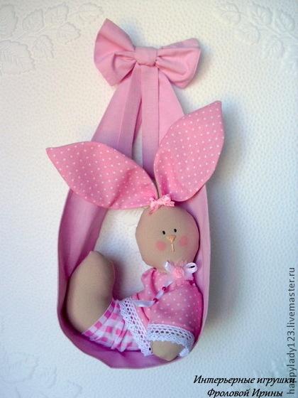 Animais de brinquedo, feitos à mão.  Feira Masters - coelho artesanal em uma rede, VENDA!.  Handmade.