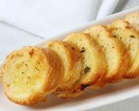 Pain perdu salé au basilic : 8 tranches de pain, 4 oeufs, basilic ou origan,  margarine, sel et poivre.