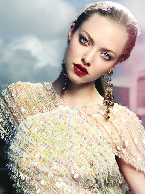 Amanda Seyfried with amazing red lips and great earrings