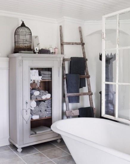 Leuk en eens wat anders: mooie oude brocante vitrinekast in de badkamer! Kijk voor vergelijkbare oude kasten, ladders en vogelkooitjes (en veel meer) bij www.old-basics.nl