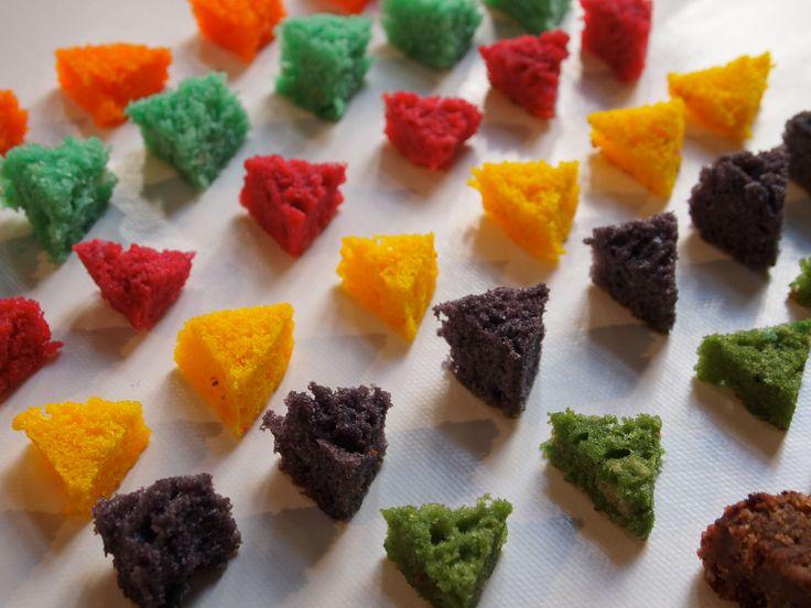 J'assemble les unes dans les autres des formes géométriques simples : le carré, le rond, le triangle.  MAIS le plus fort n'est pas encore là : les formes ont des goûts et des couleurs différentes pour plus de possibilités et de gourmandise : orange, jaune = citron, rose = framboise, marron = chocolat, violet = myrtille…  Un goûter multi-goûts = Y O U P I  !
