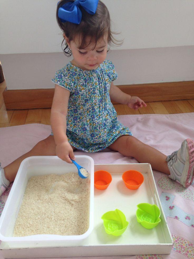 Transferindo o arroz de um pote para o outro. Atividade montessoriana! Montessori, sensorial, montessoriano