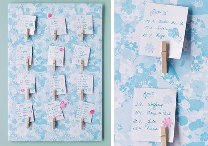 Schönes Geschenkpapier um eine Platte spannen und auf der Rückseite mit Klebeband so festkleben, dass das Papier vorne möglichst glatt auf der Platte liegt.  Zum Schluss Wäscheklammern auf das Papier kleben. Tipp: Befestigen Sie 12 Klammern, kann jede für einen Monat des Jahres stehen und mit entsprechendem Zettel die jeweiligen Geburtstage anzeigen.  MDF-Platte Geschenkpapier Wäscheklammern Klebeband Klebstoff Schere
