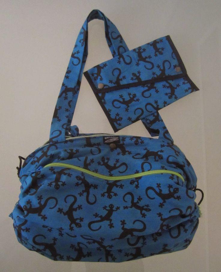 Bolso toalla salamandra. En la parte delantera tiene un bolsillo con cremallera. Además, una vez plegada la toalla, el bolso tiene un compartimento dentro donde se pueden guardar cosas.