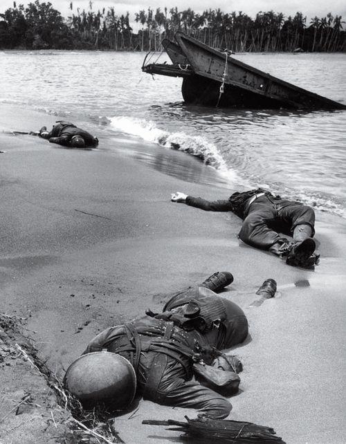 Esta foto fue tomada en Buna Beach (nueva guinea) y fue la primera foto que se publico de soldados estadounidenses caidos en la segunda guerra mundial. Fue tomada en Febrero de 1.943 y se publicó en Septiembre, cuando el presidente Roosevelt dió autorización.