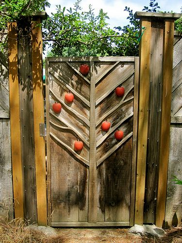 Garden gate. Now if that isn't a gate with a lot of promise behind it then I don't know what is. Lovely piece that with some care and attention one could copy quite easily I think. You could do all sorts of fruits or other things just as you fancy. Very nice ;)