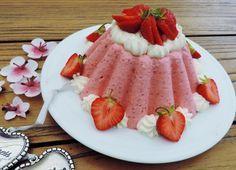 Aardbeien bavarois, zoals oma die vroeger maakte. Niet uit een bakje maar gewoon homemade. Nu noemen we dat social dinner, toen noemden we dat gewoon delen.