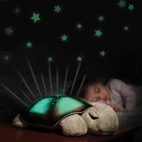 Artig nattlampe som lager stjernehimmel i taket og på ...