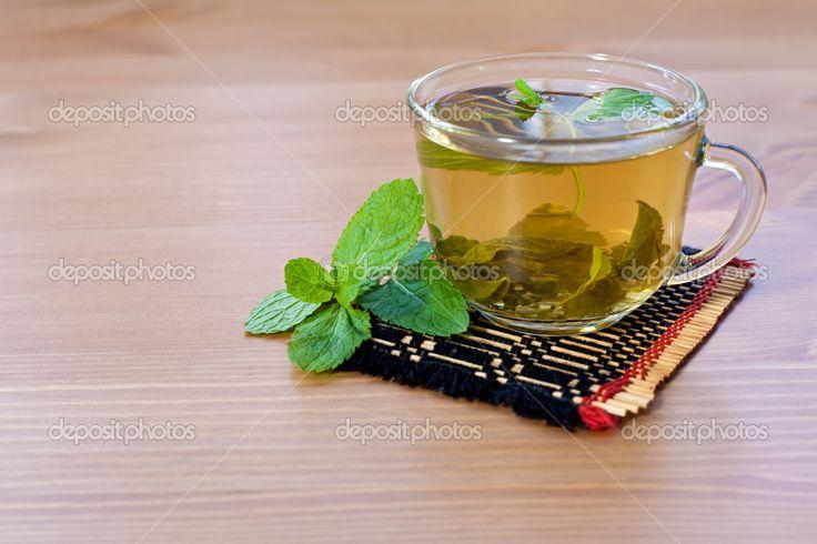 Зеленый чай с мятой на деревянный стол — Стоковое изображение #11441870
