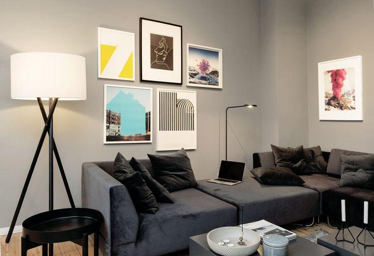 Modulsofa (Bolia Orlando) in einer Berliner Wohnung mit Bilderwand aus grafischen und fotografischen Motiven im Hintergrund.