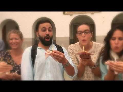 Profesores y hermanos soplando velas BicentenarioMarista - YouTube