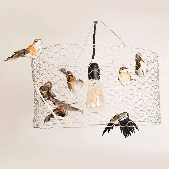 Lampe faite avec les petits oiseaux et réutilisation dun treillis métallique, parce que dans une vue doiseau, nous voyons le monde dune manière