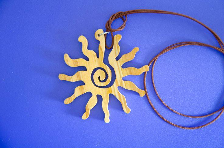 Pendaglio in legno di nespolo giapponese, a forma di delfino, geco oppure sole. di Artedeltraforo su Etsy