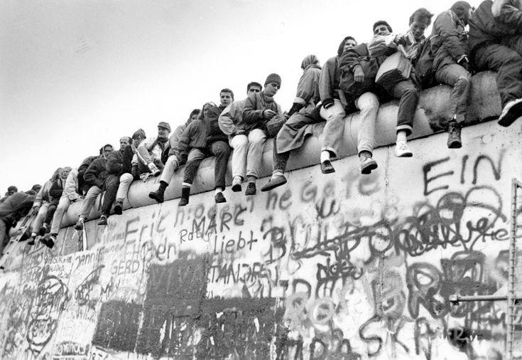 QUEDA DO MURO DE BERLIM (1989) O Muro de Berlim, um dos mais emblemáticos símbolos da Guerra Fria, foi construído pela União Soviética para criar uma barreira física contra os perigos da Alemanha Ocidental capitalista. O muro caiu com a decadência do regime totalitário e no dia 9 de novembro de 1989 os cidadãos dos dois lados da Alemanha tiveram a liberdade de visitar o outro lado. A demolição oficial do muro aconteceria no ano seguinte e demoraria dois anos.