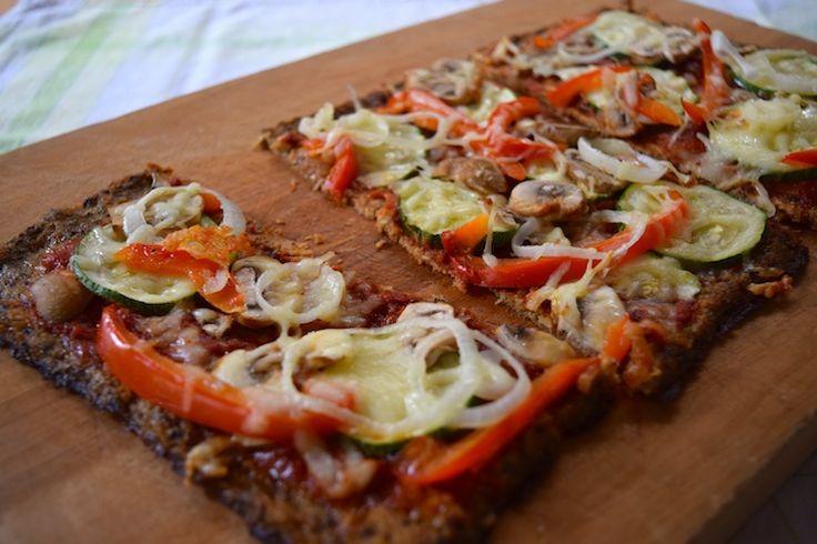 Mensen die momenteel zo min mogelijk koolhydraten eten in the house? Deze gezonde pizza is je vriend!Waar is die bloemkool dan? Nou, die zit dus in de bodem.