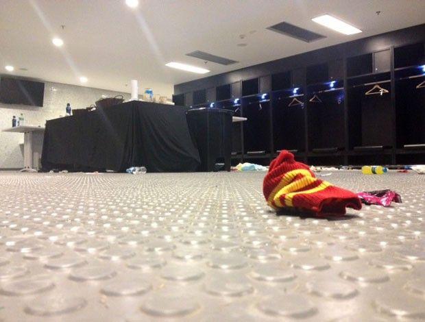 Meião rasgado deixado para trás no vestiário da Espanha (Foto: Thiago Correia) Em 30/06/2013.