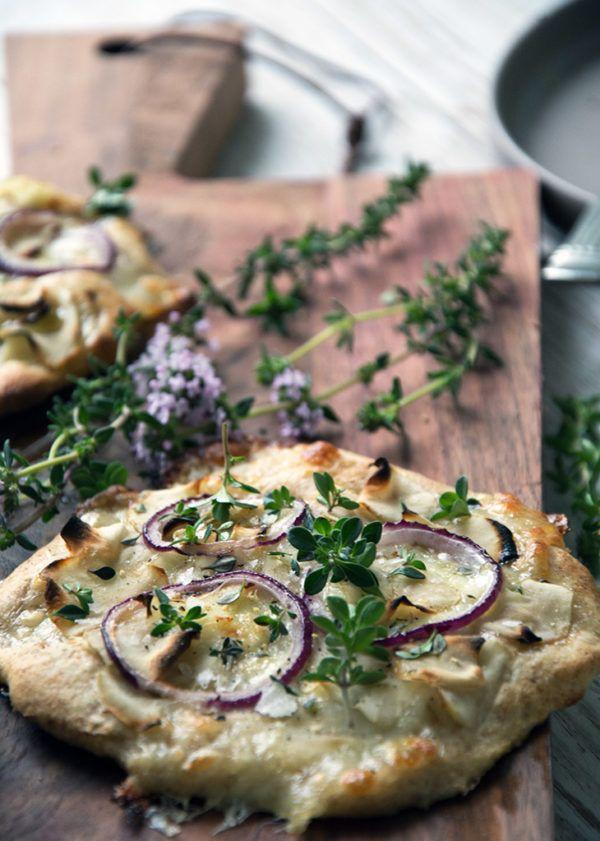 Pizza med jordskokker, timian og æg ➙ Opskrift fra Valdemarsro.dk