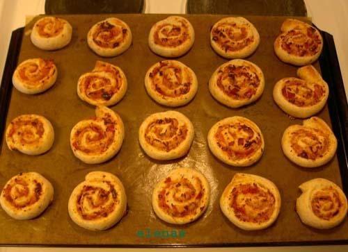 Minipizza - Recept - Pizza Goda och smarta för picknick med barn. Passar bra ihop med soppa.