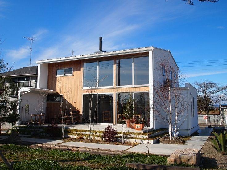 自分たちで丁寧に作り上げた庭やソラを取り込むために大きな窓を備えています。白い外壁の中に無垢板がアクセントになっています。 専門家:小磯一雄|KAZ建築研究室が手掛けた、大きな窓・白い壁・無垢板でアクセント(群馬県邑楽町・土間リビングの家|A house)の詳細ページ。新築戸建、リフォーム、リノベーションの事例多数、SUVACO(スバコ)