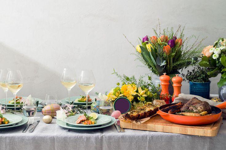 Påskdukning med färggranna blommor, god mat och gott vin. Foto Fabian Björnstjerna