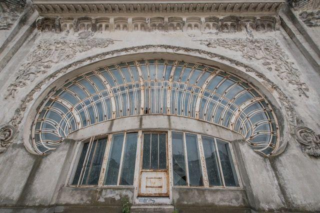 黒海沿岸に位置する港湾都市コンスタンツァは人口300万人を擁するルーマニア第4の都市。街の中にはギリシャ遺跡やモスク、教会、シナゴーグなど様々な文化の影響の後が色濃く残っており、その歴史は紀元前600年に...